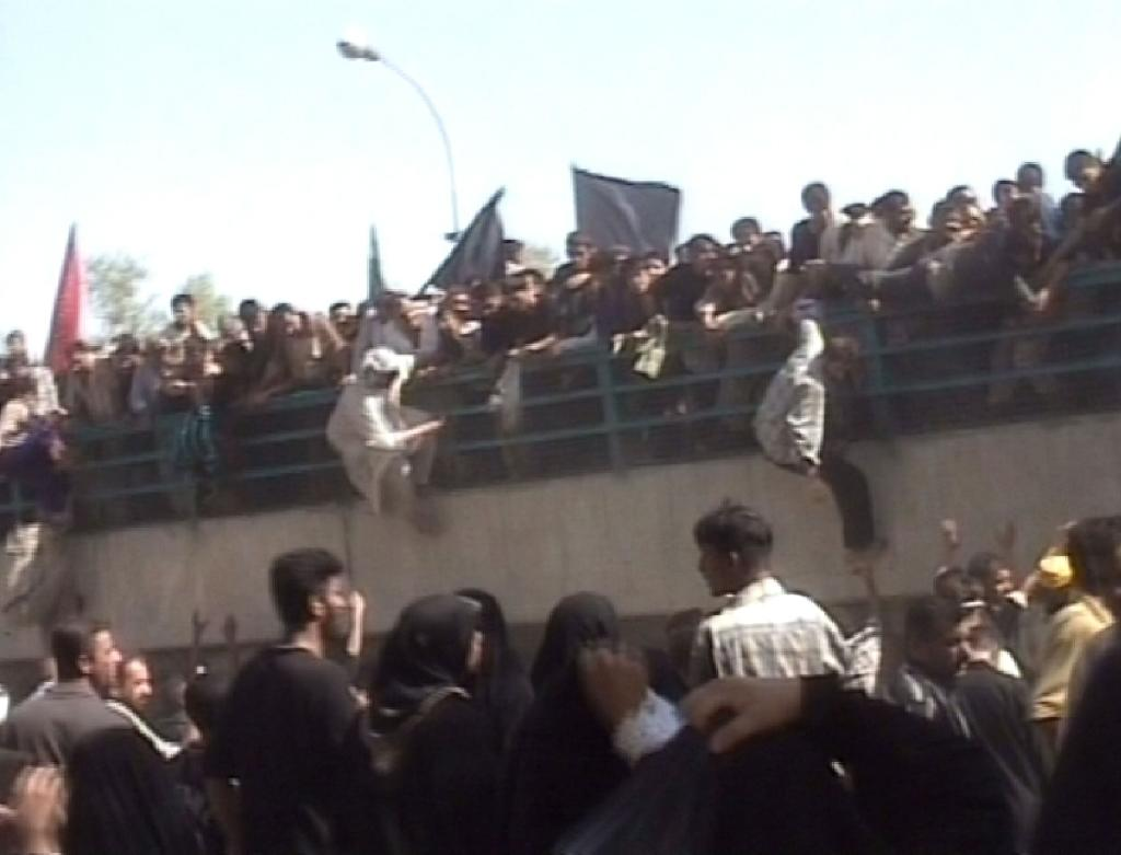A TV grab shows Iraqis jumping over the Al-Aimmah bridge after panic swept through a massive crowd sparked by rumours of a suicide bomber, August 31, 2005, in Bahgdad (AFP Photo/)