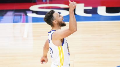 Steph scores 49, gets MVP chants ... in Philly