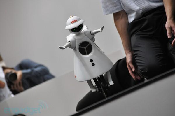Murata Seiko unicycling robot stays upright, wows onlookers at CEATEC (video)