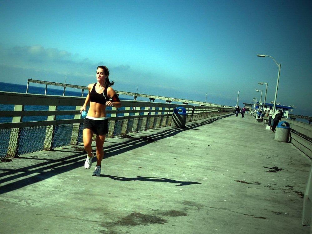 Una ricerca pubblicata sulla rivista Progress in Cardiovascular Disease, infatti, dimostrerebbe come chi pratica regolarmente jogging allunga la vita più di chi va in bicicletta (Credits – Flickr/bass_nroll)