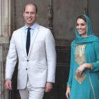 Kate Wears a Green Shalwar Kameez & Headscarf to Visit Badshahi Mosque