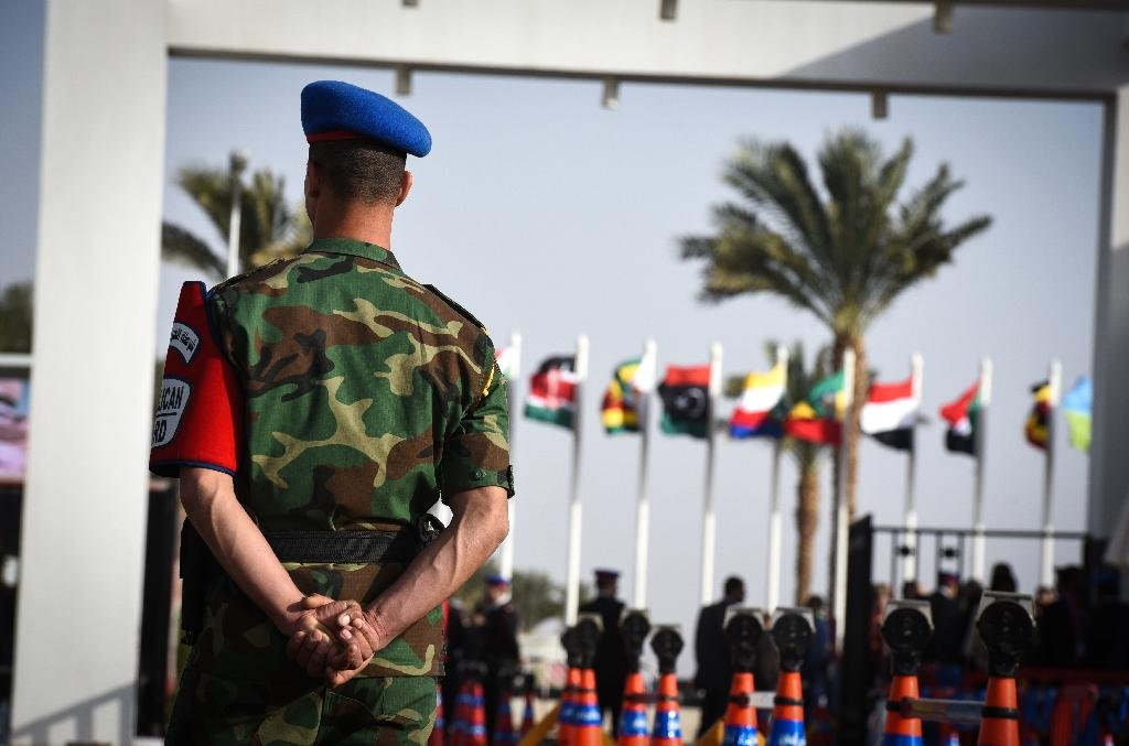 Egyptin secuity forces stand guard outside the conference hall in the Red Sea resort of Sharm el-Sheikh during the Africa 2016 forum on February 20, 2016 (AFP Photo/Mohamed El-Shahed)