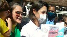Michelle Bolsonaro tira foto com caixas gigantes de ivermectina e cloroquina