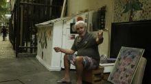 Idoso mora em casinha de madeira construída na calçada em Copacabana