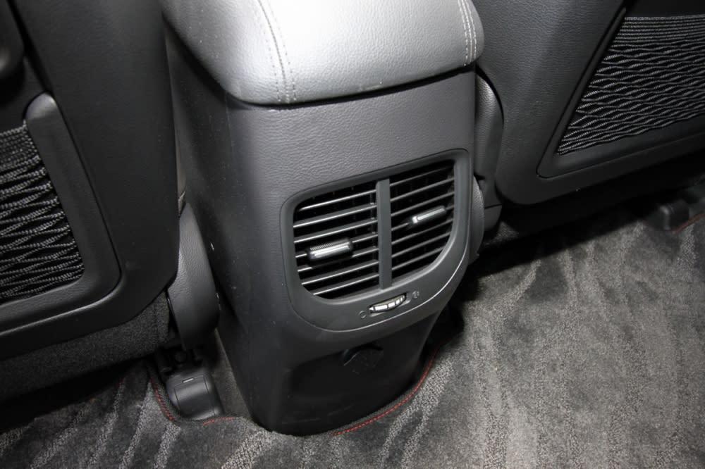 全車系配有雙區恆溫空調外,第二排亦有出風口,面對經常悶熱的台灣氣候算是派的上用場