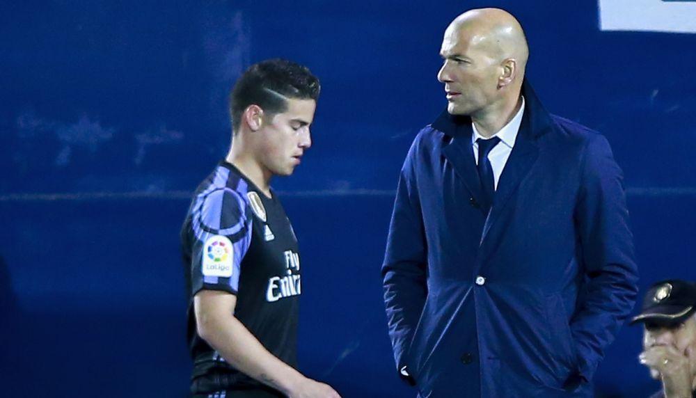 Reals James Rodriguez flucht bei seiner Auswechslung über Zidane