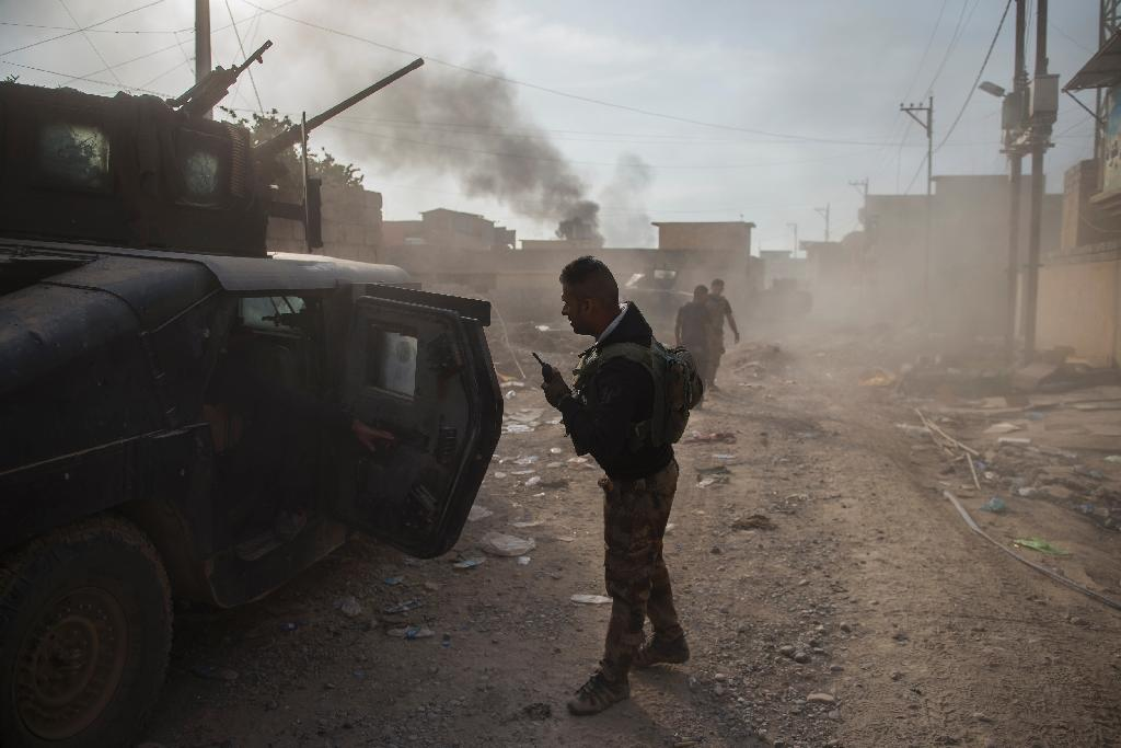 Soldiers from the Iraqi Special Forces 2nd division move forward while engaging Islamic State fighters pushing through the Samah area of Mosul (AFP Photo/Odd Andersen)