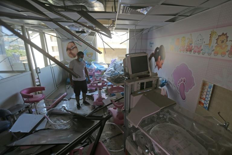 Photo prise le 5 août 2020 montrant des dégâts dans l'hôpital Wardieh, à Beyrouth, au lendemain de deux explosions meurtrières dans le port de la capitale libanaise (AFP Photo/STR)