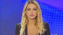"""Paola Ferrari contro Taylor Mega per il dito medio: """"Foto orrenda!"""""""