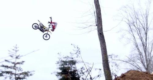 FMX - Première mondiale : Travis Pastrana replaque un «frontflip superman indian air»