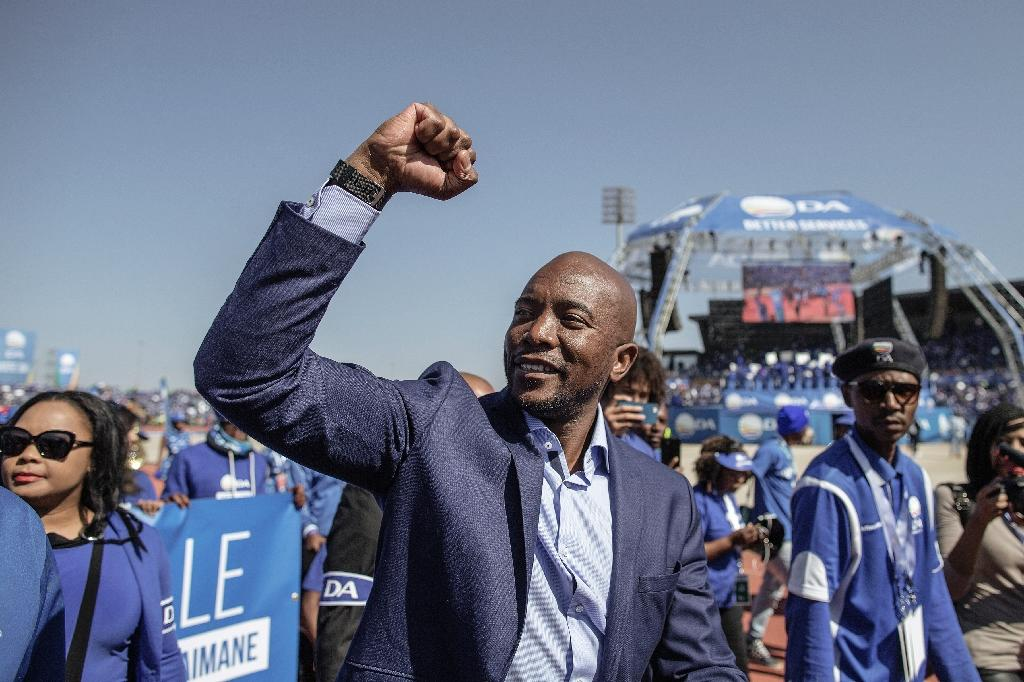 South African main opposition party Democratic Alliance leader Mmusi Maimane salutes the crowd during the final Municipal Elections campaign rally at Dobsonville Stadium in Soweto, on July 30, 2016 (AFP Photo/Gianluigi Guercia)