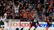 Mike Smith's puck mishap leads to Ducks' overtime winner (Video)