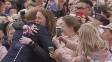 Tränenausbruch: Prinz Harry umarmt junge Frau