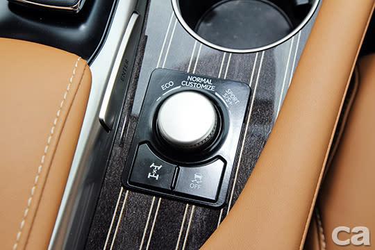 雖然是首重功能性的大型SUV,不過仍擁有ECO、Normal、Sport S/ S+、Customize等五種駕駛模式調整,另外本車所搭載的智慧型全時四輪驅動系統也具備電子式差速器鎖定功能,讓RX350 L紮實的下盤功夫更加完整。