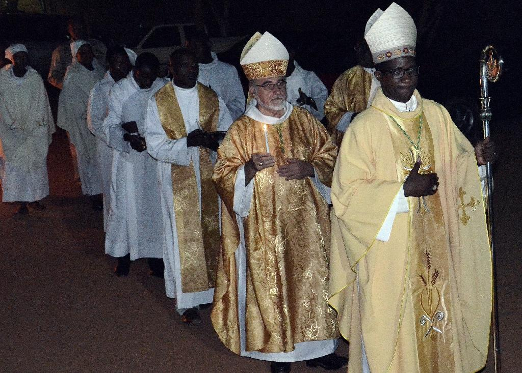 Bishop Laurent Lompo (R) leads a procession on April 4, 2015 in Niamey (AFP Photo/Boureima Hama)
