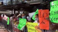 Manifestantes dan portazo en evento de AMLO y piden atención a sus demandas