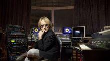 Jukebox, synthétiseur, lunettes de vue, jeu de poker... : la collection hétéroclite du chanteur Christophe vendue aux enchères ce samedi