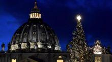 El Vaticano inaugura su Belén y enciende su árbol de Navidad