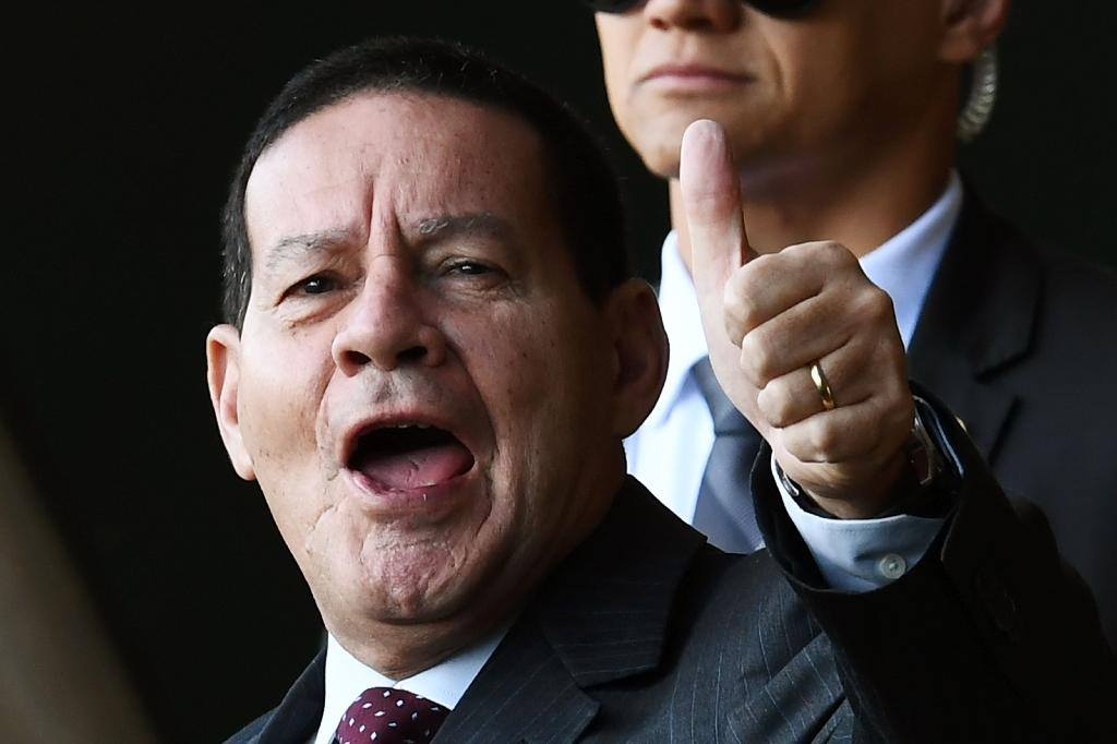 Incoming vice president Hamilton Mourao doesn't see his place in the background (AFP Photo/EVARISTO SA)