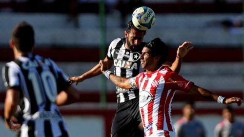 Dupla de zaga recebe elogios e Emílio mantém dúvida no gol para quinta