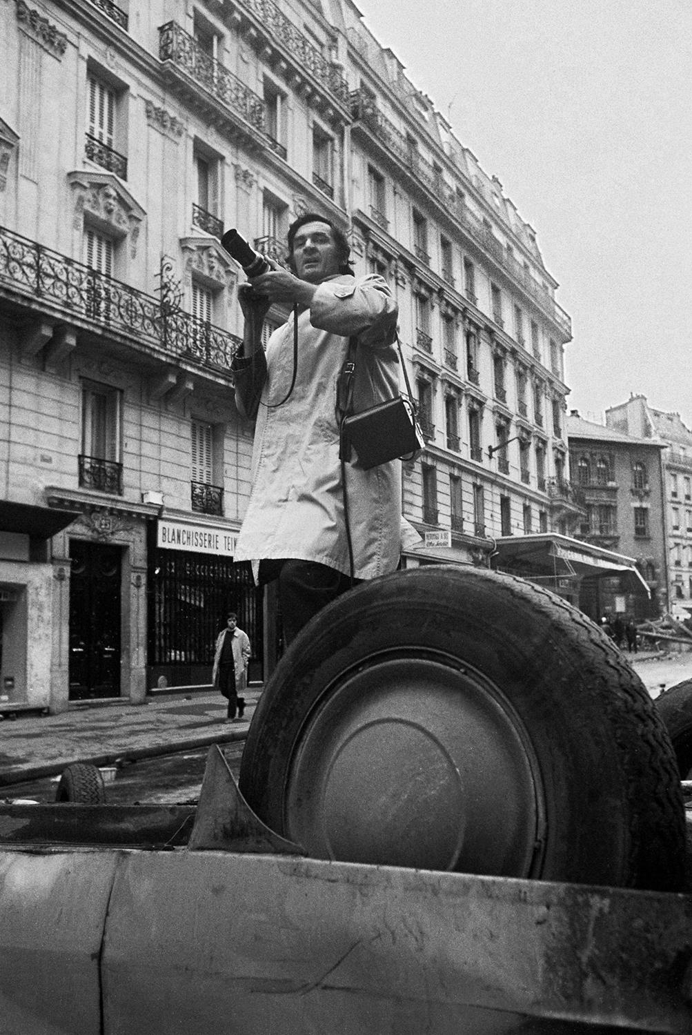 <p>Gökşin Sipahioğlu stands on Rue Gay-Lussac the day after the May 10, 1968, clashes between students and police in Paris. (Photo: Document Sipahioglu Archive) </p>