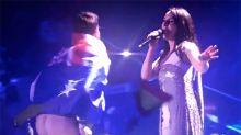 Un australiano da la nota bajándose los pantalones durante una actuación de Eurovisión