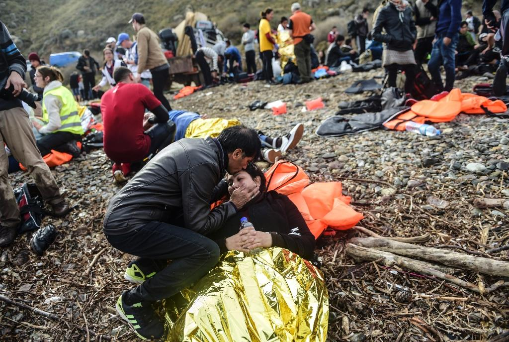 Injured refugees and migrants wait to receive medical attention after their arrival on November 24, 2015 on the Greek island of Lesbos after they crossed the Aegean Sea from Turkey (AFP Photo/Bulent Kilic)