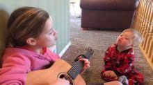 Conmovedor: el método de una niña para enseñarle a hablar a su hermanito con síndrome de Down