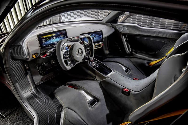 座艙僅配置如F1般炫目的方向盤、儀表與中控兩個螢幕及兩張桶型賽車椅,整體如同F1般簡單又充滿科技感。