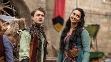 """2. Staffel der Comedy """"Miracle Workers"""": Daniel Radcliffe sucht sein Glück im Mittelalter"""