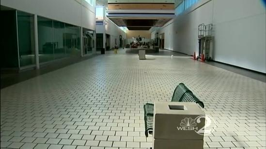 42-year-old hot dog stand in vacant mall closes down
