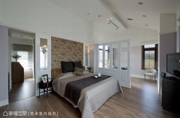 主臥室採光最棒的區域規劃為書房,以木格玻璃隔屏區分睡眠區及閱讀工作區的使用機能,床頭主牆後採光較差的空間,則規劃為超大的開放式更衣室及茶水間。