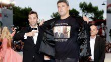"""""""Weinstein es inocente"""": la provocadora camiseta que ha lucido un director italiano en el Festival de Venecia"""