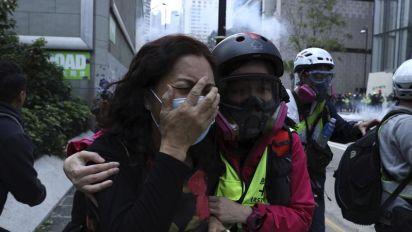 Hong Kong: ancora caos, gas lacrimogeni e arresti