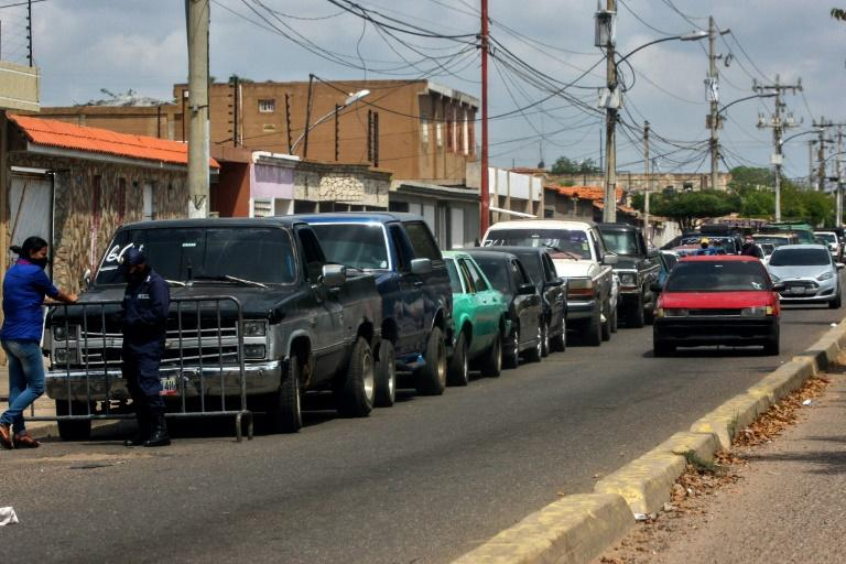 Drivers queue at a gas station in Maracaibo, Venezuela, amid the coronavirus epidemic in July 2020 (AFP Photo/Luis BRAVO)