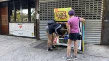 Em meio à pandemia, geladeiras são espalhadas por Nova Iorque para distribuir comida a quem precisa
