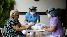 Una 'cortina de abrazos' acercará a ancianos con sus familias en El Salvador