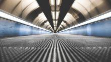 Aeroporto di Bari: il tunnel di luminarie che accoglie i turisti
