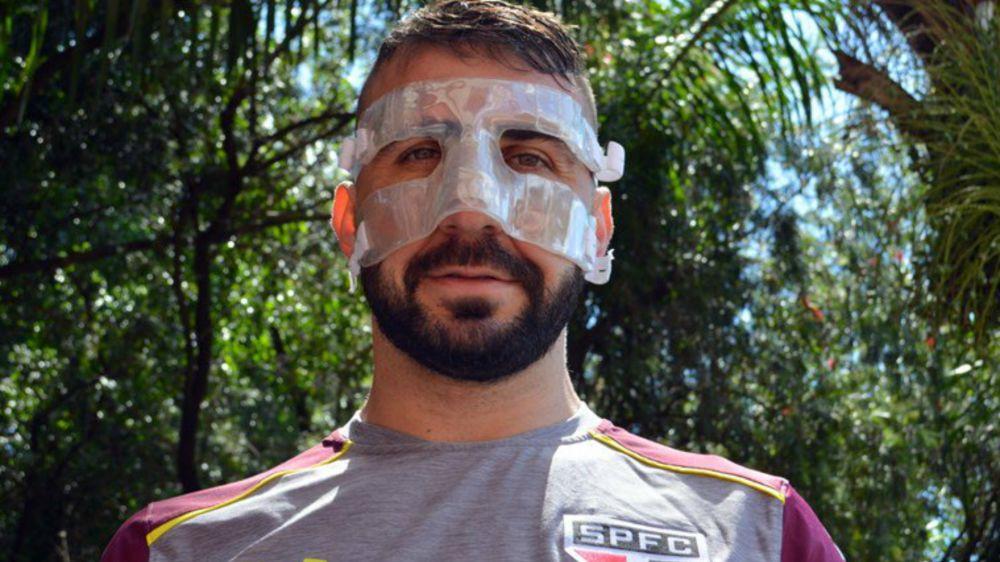 """¿Es un superhéroe? Pratto estrena """"máscara"""" para volver a jugar"""