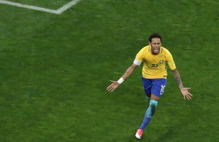 Neymar celebra un gol contra Paraguay en las eliminatorias sudamericanas para el Mundial de Rusia 2018, en el Arena de Corinthians, Brasil.