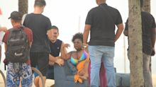 Jojo Todynho grava clipe em praia do Rio de Janeiro com biquíni colorido