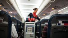 Wegen Corona: Entlassene Flugbegleiterin hält bewegende Rede – und geht viral