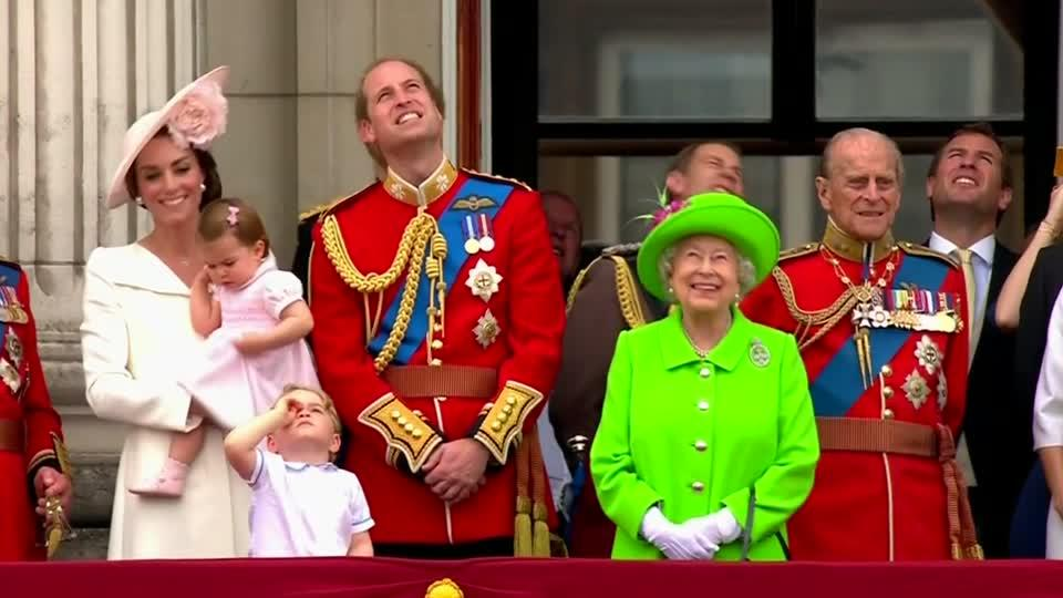 Royal family gathers for queen 39 s 90th birthday video for Queen elizabeth balcony