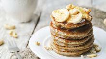 Cyril Lignac révèle sa recette des pancakes à la banane et sauce caramel et on ne peut pas y résister