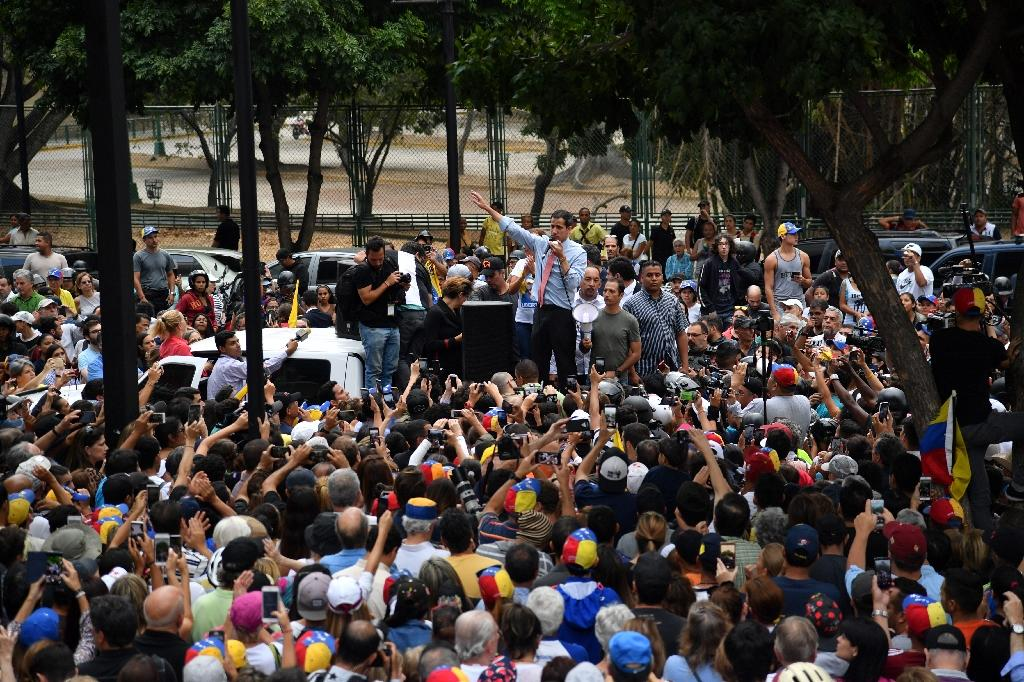 Venezuelan opposition leader and self-proclaimed acting president Juan Guaido (C) speaks during a protest in Caracas (AFP Photo/Yuri CORTEZ)