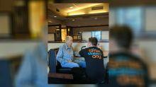 Heartwarming photos of restaurant server sitting with 91-year-old veteran go viral