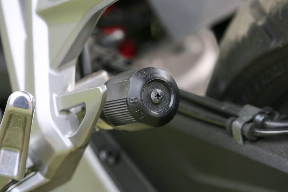 透過一旁的旋扭可輕鬆調整後懸吊系統