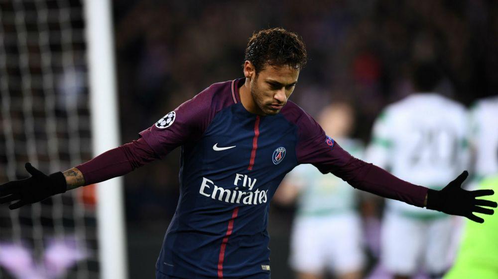 Após grande atuação, Neymar comemora goleada com brasucas em show particular