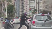 """Motociclista que espancou motorista em SP diz que """"perdeu a cabeça"""""""