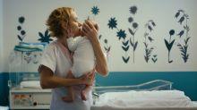 """Dans """"Voir le jour"""", Sandrine Bonnaire plongée dans le quotidien d'une maternité"""